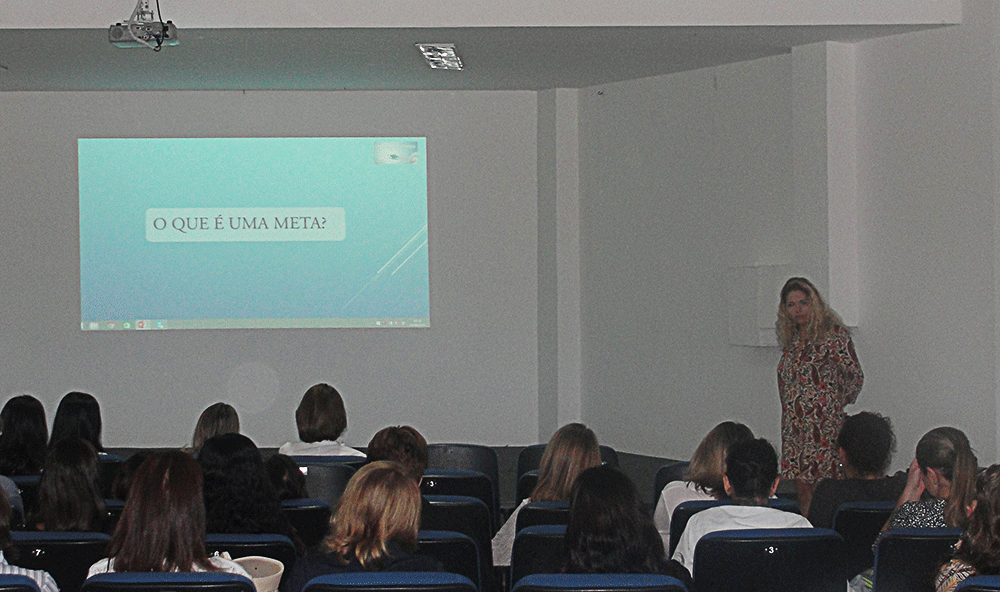 Patrícia Pedrozo palestrando no Colégio Anglo-Americano